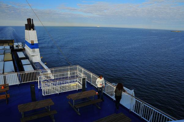 Auf dem Deck eines Schiffes mit Blick auf das Meer