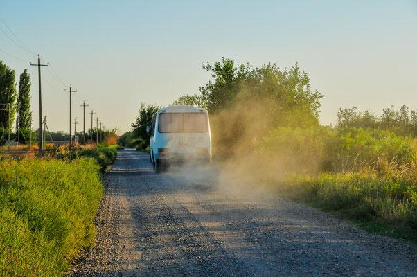 Ein Bus mit Arbeitern unterwegs zum Feld