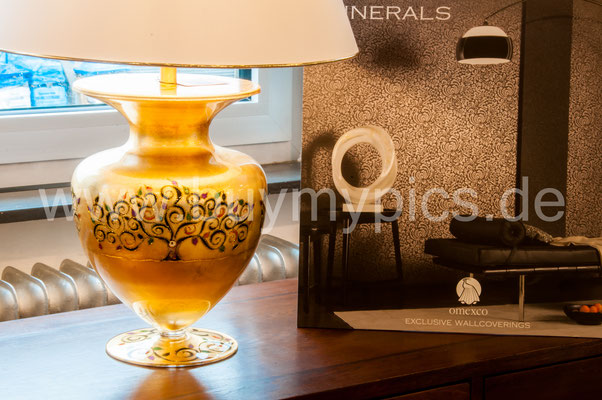 Stehleuchte in Form einer Kanne oder Krugs mit handbemalten Mustern und Blattgold veredelt