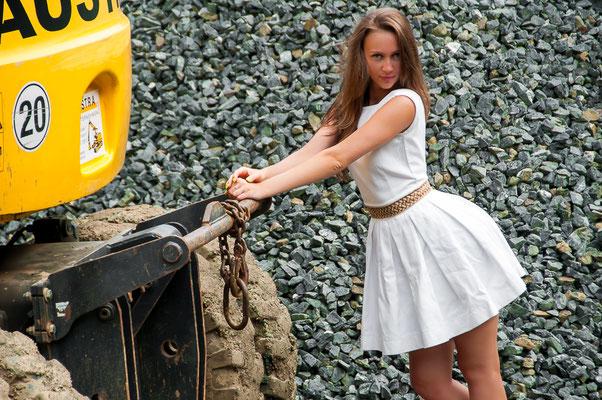 Wunderschöne Russin als Model mit einem Bagger auf einer Baustelle Baustelle und hübsche Frauen