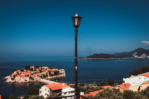 Die Insel Sveti Stefan in Montenegro vom Parkplatz aus
