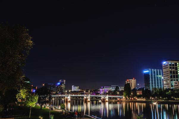 Nachtfoto von Frankfurt am Main Blick auf die Untermainbrücke eine Autobrücke von Sachsenhausen aus zum Bahnhofsviertel