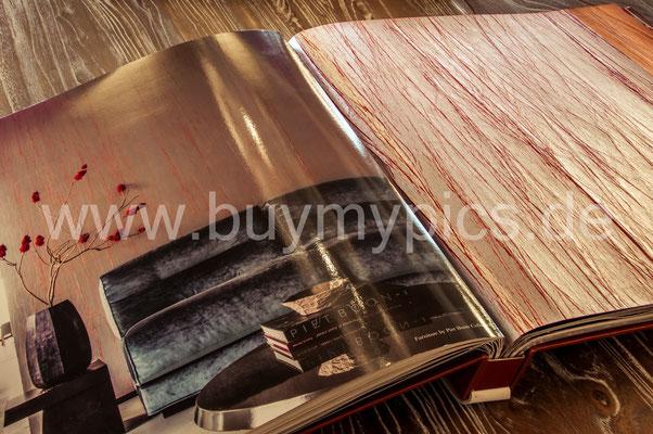 Katalog liegend auf einem Tisch mit einer riesen Auswahl an exklusiven Tapeten für die Wohnräume oder Gewerberäume