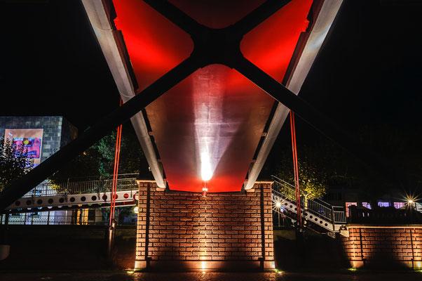 Inspiration unter der Fußgänger-Hängebrücke über Main in Frankfurt