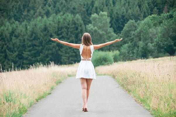 Hübsche junge Frau von hinten Menschen und Natur Ich liebe die Welt