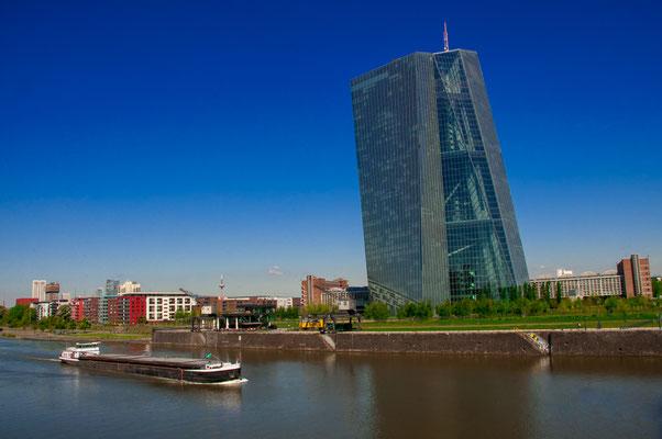 Barke Schleppe Frachtkahn auf dem Fluss Main vorbei an der Europäischen Zentralbank der Stadt
