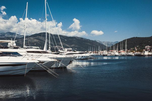 Private Boote und Yachten im Hafen von Tivat in Montenegro
