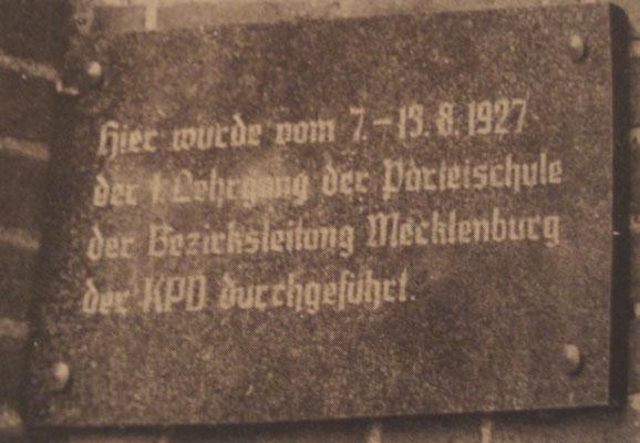 Die Tafel erinnerte von 1987 bis zur Wende an den 1. Lehrgang der KPD in Mecklenburg  von 1927