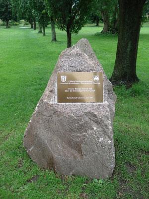 Stein mit Messingtafel zur Erinnerung an die Städtepartnerschaft mit Kronshagen, errichtet am 23.06.2007