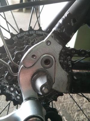 Soporte desviador de piñones de bici fundido y reforzado de nuevo mediante soldadura en aluminio.