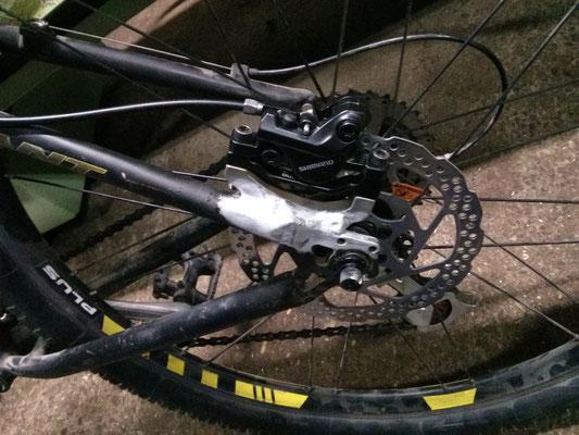 Nuevo soporte freno de disco soldado a cuadro de bici.