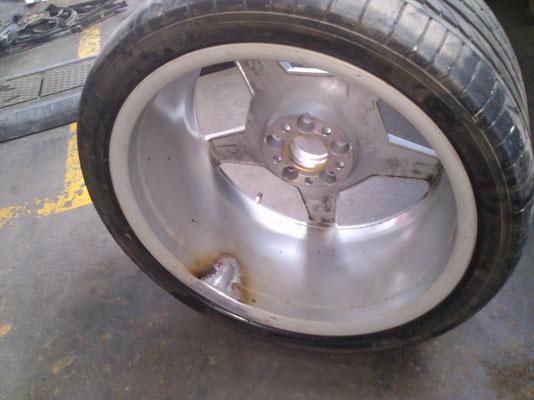 Grieta en llanta reparada mediante soldadura en aluminio.