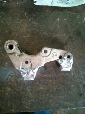 Acoplamiento a pinza de freno de moto ktm 690 para kit supermotard mediante soldadura en aluminio.