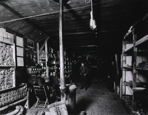 Salle d'approvisionnement médical et intendance - Medical Supply and Quartermaster Room