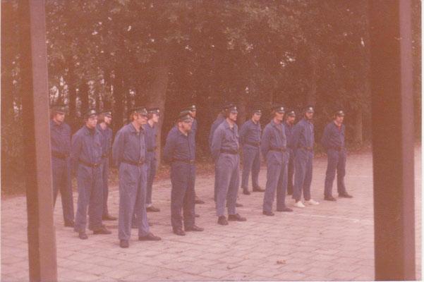 Gewa opleiding oktober 1974. Exercitie-instructeur dhr Luiting.