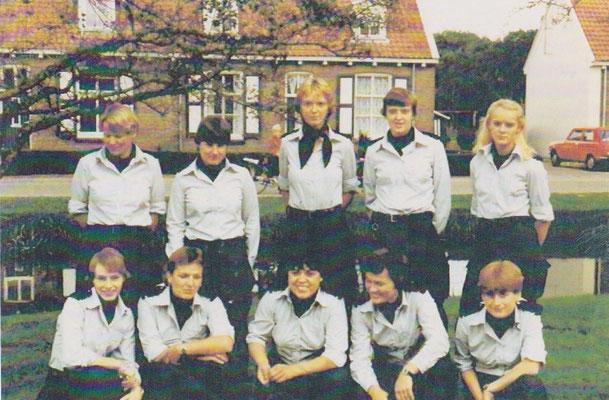 Linksboven: Marian vd Merwe, Anita Suikerbuijk, Marion Gherbaz, Ina Nanninga, Helga Veenstra. Linksonder: Annie Smoorenburg, Agathe Oosterhuis, Amelia Kainama, Benita van Riemsdijk, Hannie van Overmeerde