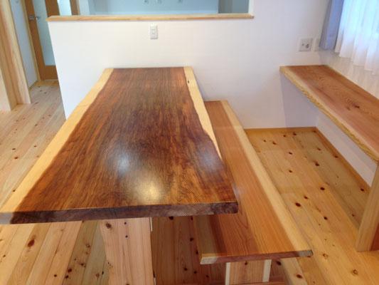 杉板一枚で作られたテーブル