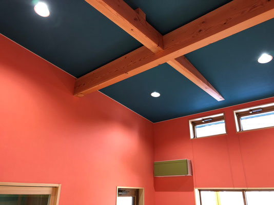 木の温もりを感じさせる天井
