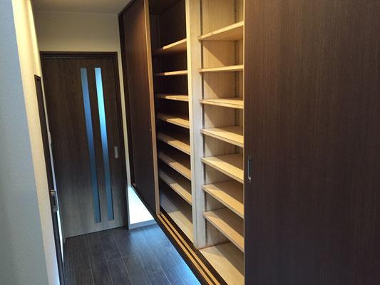 収納力バツグンな玄関収納棚