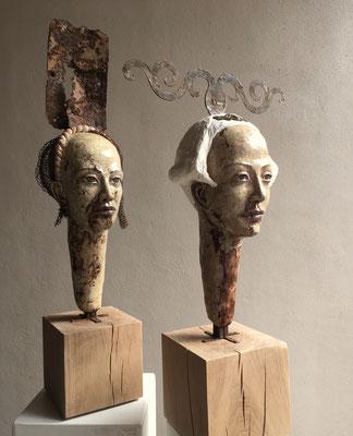 Les jeunes filles avec des capuchons, 96 x 24 x 28 cm / 79 x 43 x 26 cm