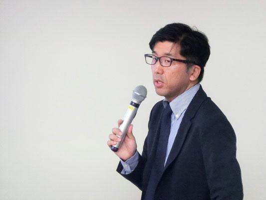 卒業生で朝日新聞社編集委員をつとめる稲垣氏が登壇