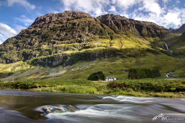 Blick auf das Achnambeithach Cottage am Loch Achtriochtan