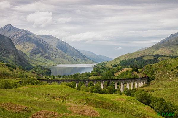 Blick auf das Glenfinnan Viadukt und das Loch Shiel