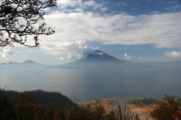 Blick auf den Lago de Atitlán mit dem Vulkan Toliman im Hintergrund