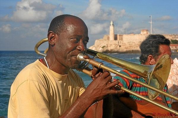 """Üben am Malecon. Im Hintergrund die Festung """"El Morro"""""""