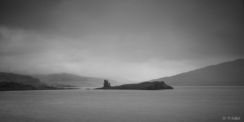 Ardvreck Castle im schottischen Regen