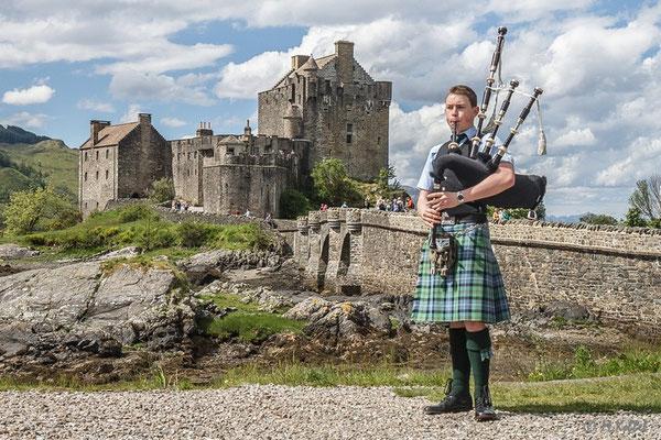 Dudelsackspieler am Eilean Donan Castle