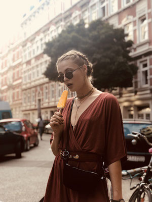 Zacamo Tasche - Zacamo - Bauchtasche Suede - Suede schwarz - Bauchtasche schwarz - Kleid - braunes Kleid - Streetstyle - Fairwear -