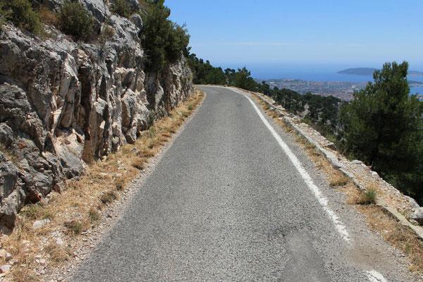 Anfahrt über enge und steile Pisten zum Gipfel des Mont Faron
