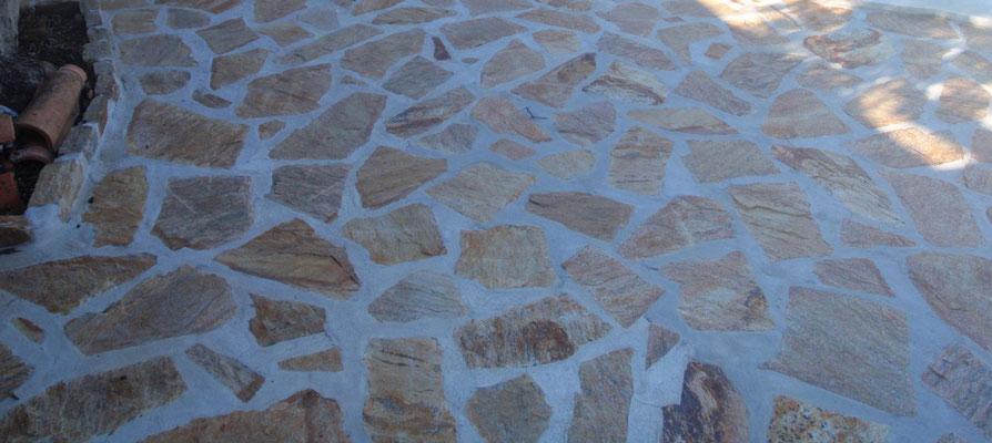 Wir verwenden Natursteinplatten im provenzalischen Stil