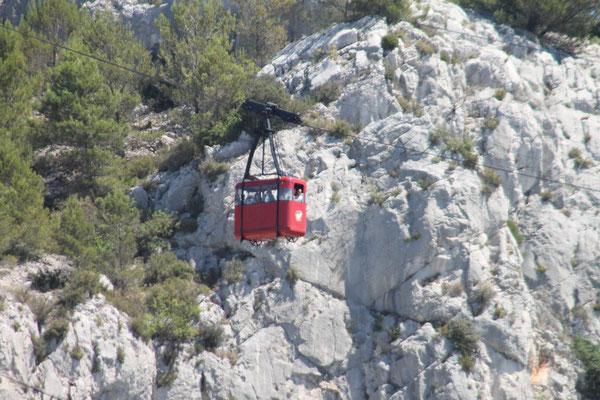 """Auch die roten Gondeln der """"Téléphérique de Toulon"""" bringen Besucher zum Gipfel"""