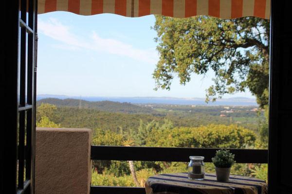 Großzügige Terrasse mit Terrassenmöbeln