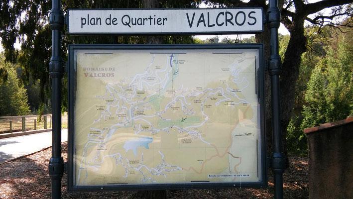 Unterwegs im gepflegten Ortsteil Valcros