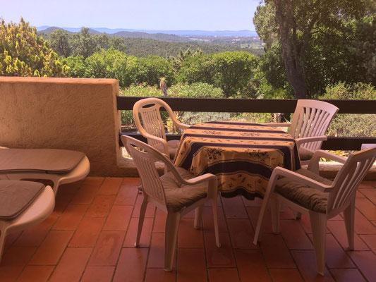Auch die Terrassenmöbel haben neue Polster bekommen