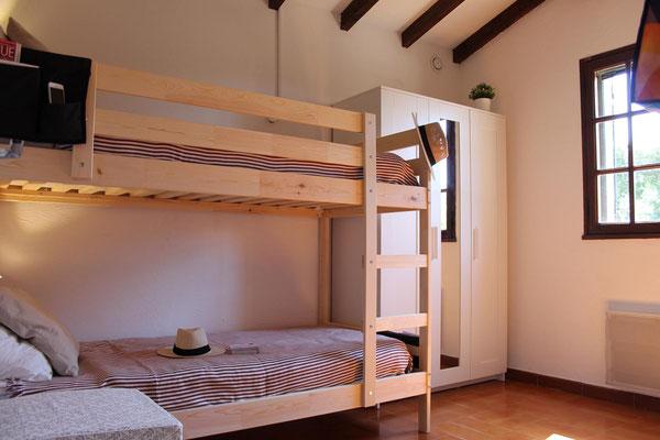 """Das kleinere der beiden Schlafzimmer mit Etagenbett und """"Morgensonne"""""""