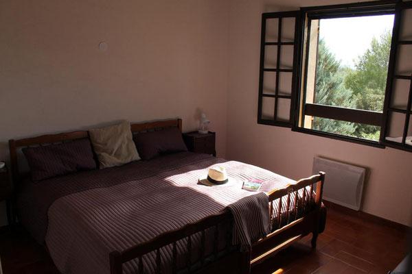 Das größere der beiden Schlafzimmer mit zusätzlicher Kommode und Meerblick