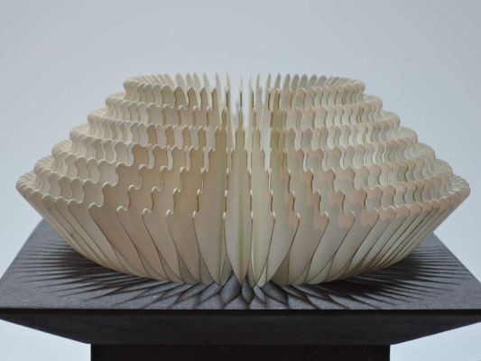 Wandelobjekt Rille / PAPIER-art ART-papier, Papierobjekt, Harald Metzler, Mattsee, Österreich