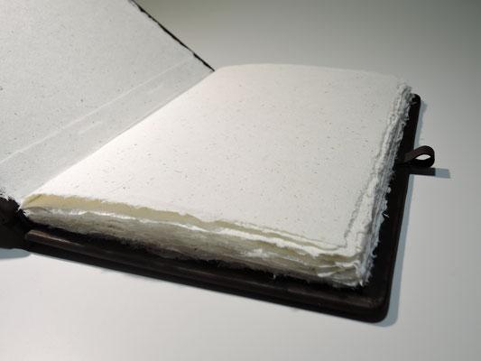 Handgebundenes Buch mit Büffelledereinband handgeschöpftes Büttenpapier mit Hofpenblüten