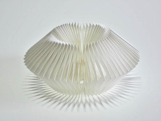 Durchbrochen - 2014 - Dm 16 / H 8 cm / PAPIER-art ART-papier, Papierobjekt, Harald Metzler, Mattsee, Österreich