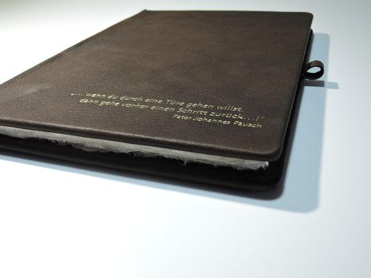 Handgebundenes Buch mit Büffelledereinband und Goldprägung