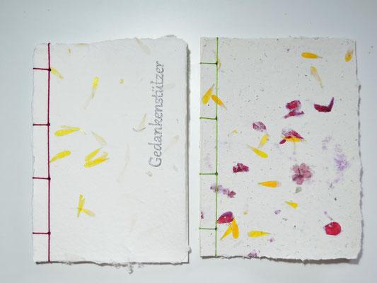 Bücher, handgebunden, handgeschöpftes Büttenpapier, mit Blüten und Druck, PAPIER-art ART-papier, Mattsee, Österreich