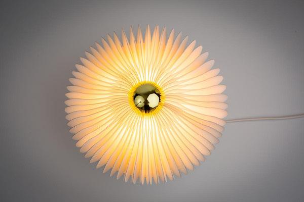 PAPIER-art ART-papier, wandelbare Lampe aus einzelnen Papierschichten in weiß, Harald Metzler, Mattsee, Österreich