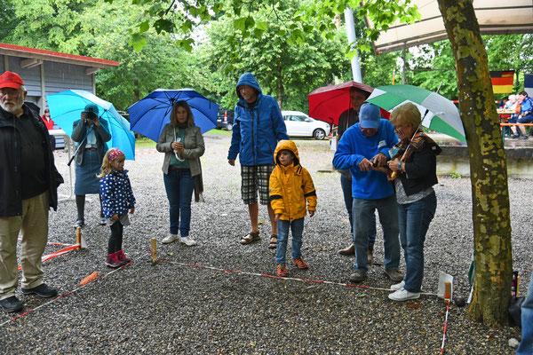 Ein paar Regentropfen können die Spielfreude nicht trüben.