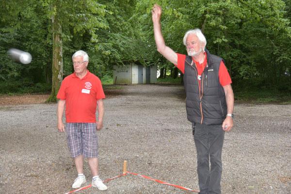 Dieter Früh von 'Lindenbaum' mit einem hohen Wurf.