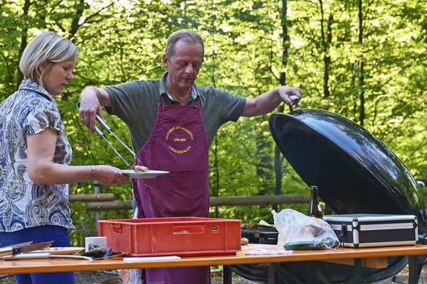 Andreas Ulrich, sorgt am Abend als Grillmeister für das Wohl der Gäste.