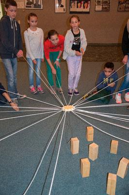 Gemeinsame Spiele zum Kennenlernen in den Räumen der Schule.